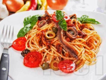 Спагети Путанеска с доматен сос с аншоа и каперси - снимка на рецептата